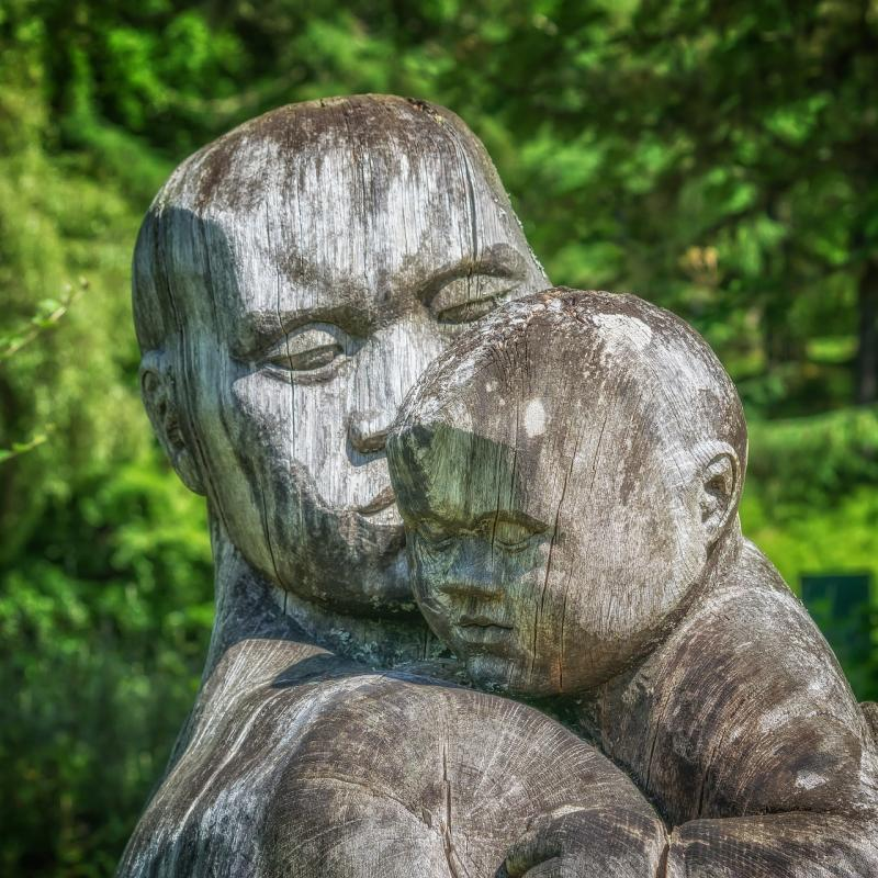 father and child sculpture